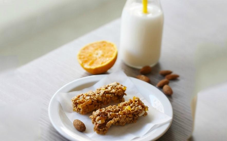 Barrette ai cereali, mandorle e arancia - Ricette di Manjoo.it